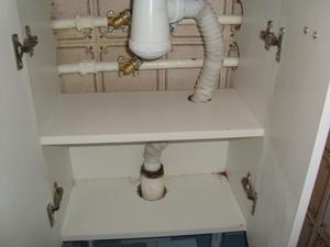 Установка трубы слива для раковины с тумбой.