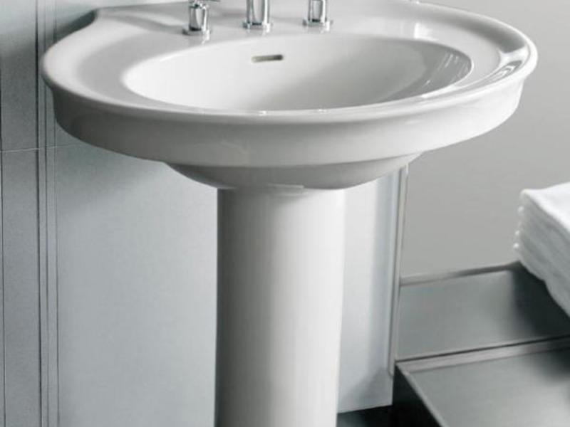 Изящная раковина Тюльпан позволяет скрыть трубы слива.