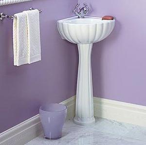 Раковина в углу ванной комнаты поможет сэкономить место.