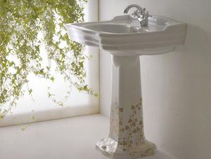 Раковина с росписью станет украшением ванной.
