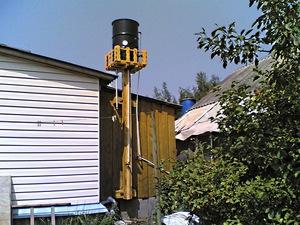 Водонапорная башня для дачи создается из обычной бочки.