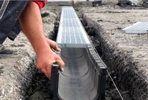 Пластиковый желоб для ливневой канализации устанавливается достаточно просто.