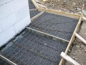 Заливка бетонной отмостки