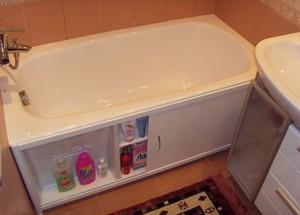 Экран под ванну белого цвета раздвижной.