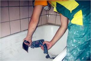 Шлифовка поверхности ванны при реставрации.