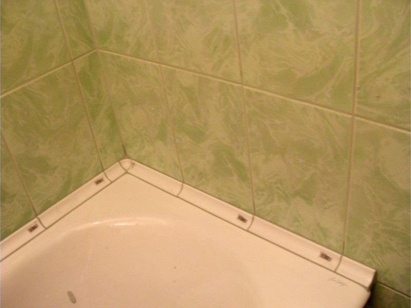 Как сделать бортик в ванной чтоб на пол не лилась вода