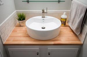 Столешница для раковины ванная состаренная деревянная столешница для мойки на даче фото