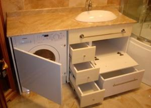 Существует много вариантов тумб под раковину, в том числе, просторных, с отделением для стиральной машинки и полками для разных вещей.