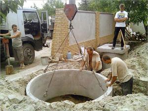 Монтаж бетонных колец при помощи подъемного крана