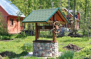 Колодец из камня с деревянной крышей